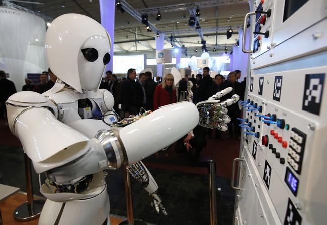 Robot hình nhân AILA vận hành tổng đài tại Hội chợ máy tính CeBit ở Hanover (Đức)
