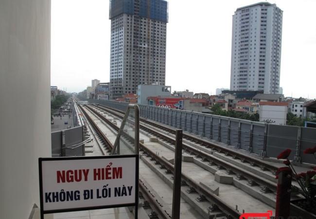 BQL đường sắt giải thích về việc ray tàu tuyến đường sắt đô thị Cát Linh - Hà Đông bị gỉ sét. Ảnh - Bùi Phú