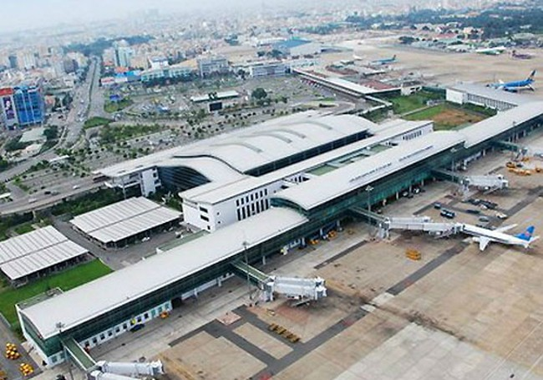 Sân bay Tân Sơn Nhất thiếu nhiều diện tích sân đỗ máy bay. (Ảnh VnExpress)