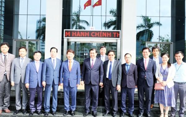 Đoàn công tác TP Daegu (Hàn Quốc) chụp ảnh lưu niệm cùng lãnh đạo TP Đà Nẵng trong khuôn khổ chuyến thăm (ảnh:Hiền Trang)