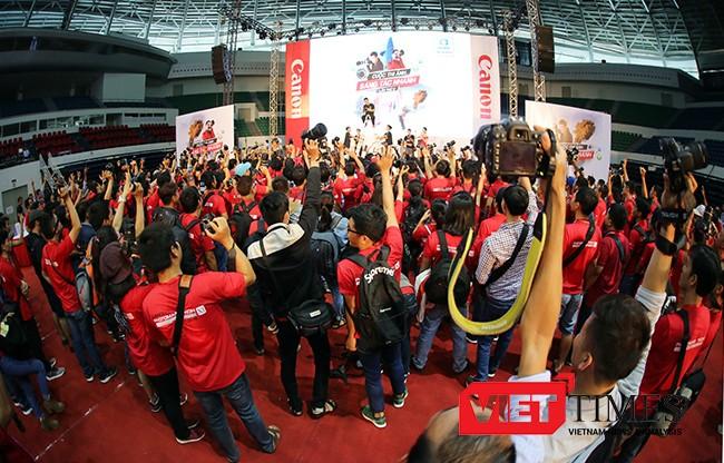 Sáng 22/10, Cuộc thi Canon Marathon lần đầu tiên được tổ chức ở Đà Nẵng chính thức diễn ra tại Cung thể thao Tiên Sơn với sự tham dự của gần 2.000 người.