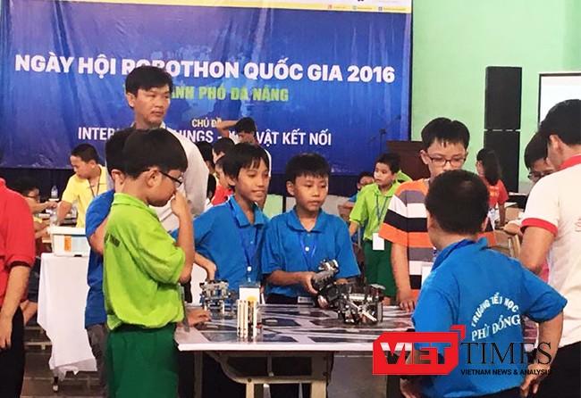 """Sáng 30/10, 236 """"kỹ sư robot nhí"""" là học sinh đến từ 11 trường tiểu học và Trung tâm Robotic trên địa bàn TP Đà Nẵng đã tham dự Ngày hội Robothon 2016 với chủ đề Internet of Things."""