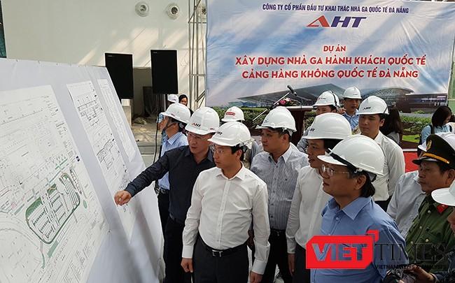 Bí thư Thành ủy Đà Nẵng Nguyễn Xuân Anh tại chuyến thăm, kiểm tra tiến độ Công trình xây dựng Nhà ga quốc tế Cảng Hàng không Sân bay Đà Nẵng diễn ra sáng 13/3.