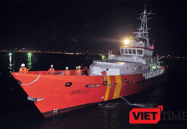 4h sáng 2/5, tàu SAR 412 của Trung tâm Phối hợp Tìm kiếm và Cứu nạn hàng hải khu vực II (Danang MRCC) đã đưa ngư dân Đinh Văn Đán gặp nạn trên biển Hoàng Sa về đến đất liền