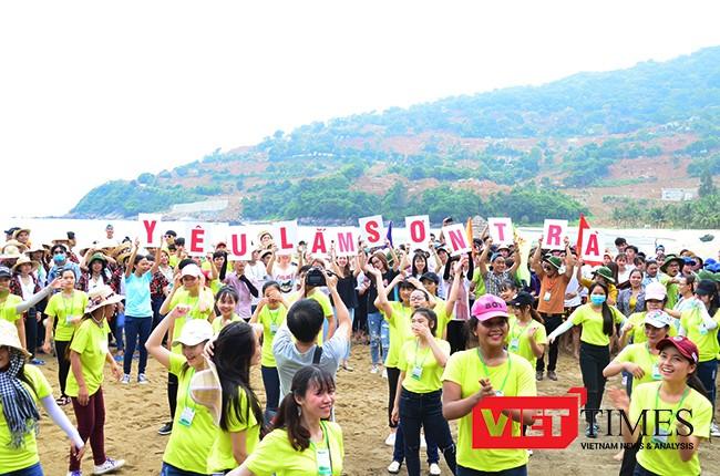"""Hưởng ứng các hoạt động bảo vệ môi trường tại Sơn Trà, sáng 19/5, hơn 1.000 sinh viên ĐH Đông Á (Đà Nẵng) đã hành động kêu gọi """"Không mang túi ni-lông đến Sơn Trà""""."""