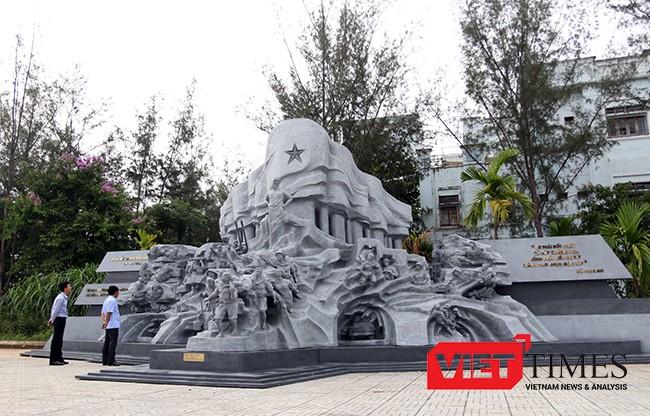 """Tổ hợp điêu khắc """"Huyền thoại Trường Sơn"""" gây ấn tượng mạnh mẽ đối với người xem."""