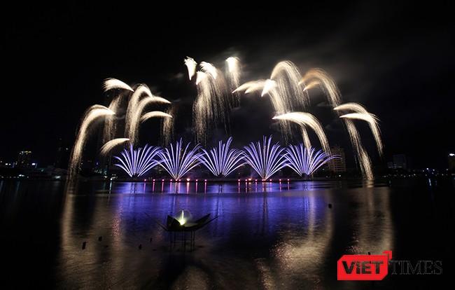 ối 3/6//2017, tại sân khấu nổi Ngũ Hành trên sông Hàn, Lễ hội pháo hoa Đà Nẵng-DIFF 2017 tiếp tục tạo ấn tượng mạnh mẽ với khán giả với màn trình diễn pháo hoa đặc sắc mang chủ đề Thủy của đội Úc  và đội Ý.