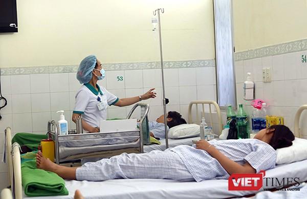 Du khách người Lào bị ngộ độc thực phẩm  đang được điều trị tại Bệnh viện Hoàn Mỹ Đà Nẵng