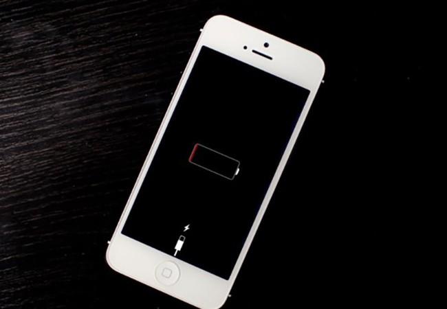 Xài pin cho đến khi còn 0% và sạc đầy lại 100% là cách khắc phục lỗi iPhone bị sập nguồn khi còn pin