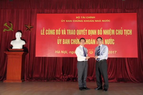 Thứ trưởng Bộ Tài chính Trần Xuân Hà trao Quyết định bổ nhiệm cho Chủ tịch UBCKNN Trần Văn Dũng - Ảnh: UBCKNN