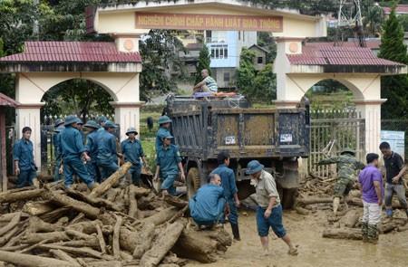 Lực lượng chức năng đang khắc phục hậu quả mưa lũ tại Yên Bái - Ảnh: Báo Yên Bái