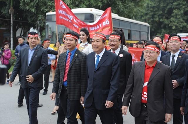 Phó Thủ tướng thường trực Chính phủ Trương Hòa Bình và các đại biểu tham gia diễu hành hưởng ứng Ngày hội Chủ nhật đỏ 8/1/2017.