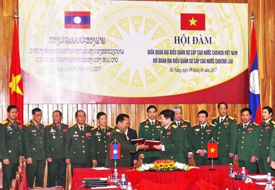 Đại tướng Ngô Xuân Lịch, Bộ trưởng Bộ Quốc phòng Việt Nam và Thượng tướng Chansamone Channhalat, Bộ trưởng Bộ Quốc phòng Lào ký Kế hoạch hợp tác năm 2017.