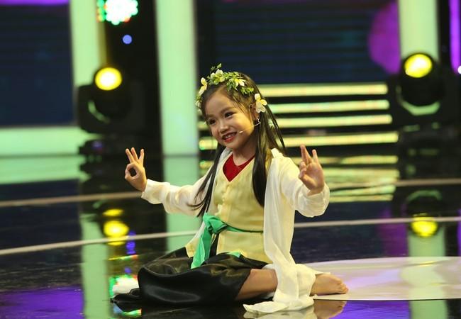 Tú Thanh đã có màn trình diễn vô cùng tự tin, lời thoại rõ ràng, điệu múa uyển chuyển.