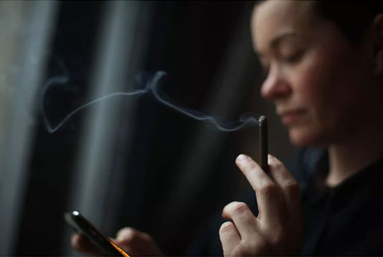 Có 18,4% người dùng điện thoại di động hiện đang có thói quen hút thuốc