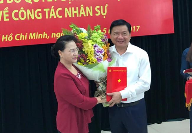 Chủ tịch Quốc hội Nguyễn Thị Kim Ngân đã trao quyết định cho ông Đinh La Thăng. Ảnh: Thanh Niên