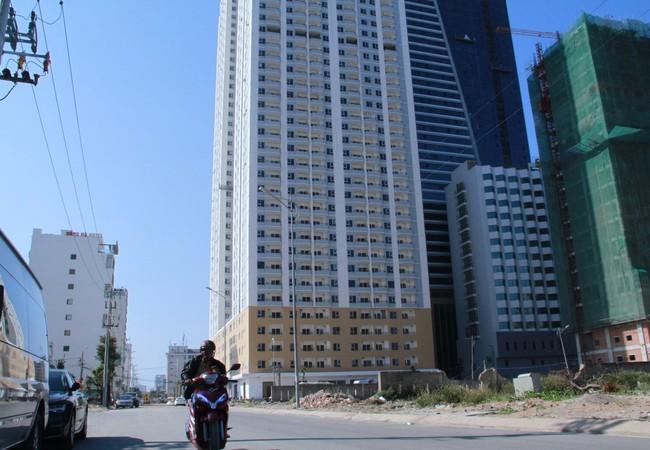 Tổ hợp khách sạn Mường Thanh và căn hộ chung cư cao cấp Sơn Trà - nơi có 104 căn hộ xây trái phép - Ảnh: H.KHÁ
