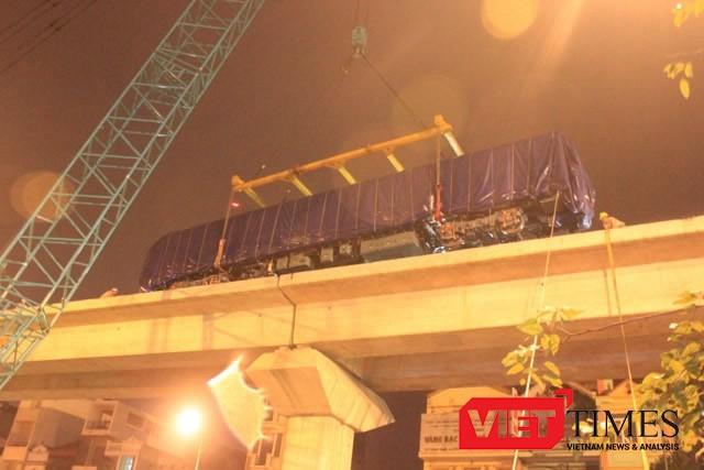 Cẩu lắp thành công toa tàu đường sắt trên cao tuyến Cát Linh - Hà Đông (Ảnh: Quang Minh)