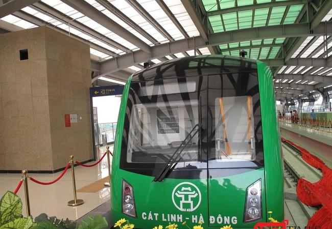 Đầu tàu Tuyến đường sắt Cát Linh - Hà Đông tại triển lãm.