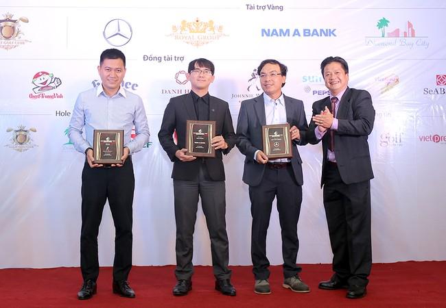 Ông Nguyễn Bình Phương – Phó Tổng Giám đốc Nam A Bank (thứ hai từ phải qua) nhận bằng lưu niệm tại giải Golf Đà Lạt Open Championship 2017.