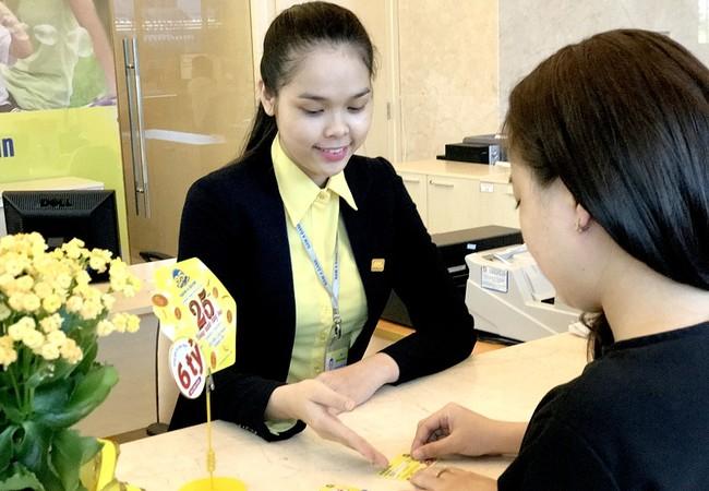 Khách hàng gửi tiết kiệm và tham gia chương trình khuyến mãi tại Nam A Bank.
