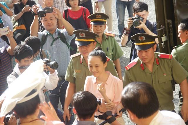 Cô Trương Hồ Phương Nga bị dẫn giải vào phòng xử sáng 26/6.