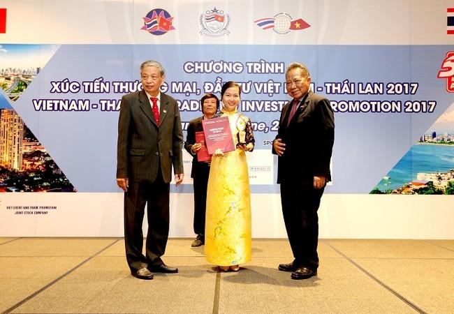 Bà Nguyễn Thị Thu Hà – Đại diện Nam A Bank vinh dự nhận giải thưởng từ Chương trình tại Bangkok – Thái Lan.