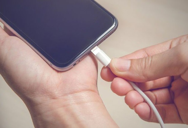 Công nghệ mới không khai tử điện thoại cũng như sạc truyền thống Ảnh: iStock