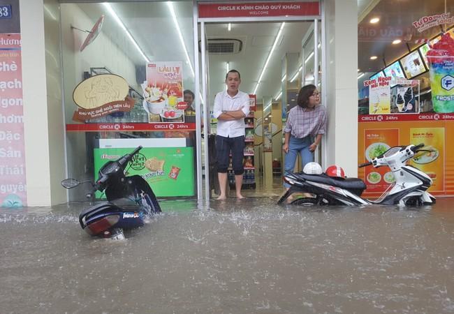 Phố Phan Văn Trường (quận Cầu Giấy) là một trong những nơi bị ngập rất sâu sáng 17/7.