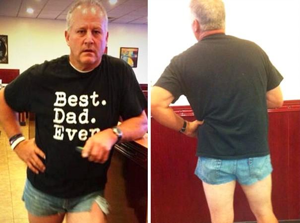 Để nhắc nhở cô con gái của mình về việc mặc quần qúa ngắn, ông bố hóm hỉnh này cũng mặc một chiếc quần tương tự để cho con mình thấy việc mặc nó sẽ trông kỳ cục như thế nào.