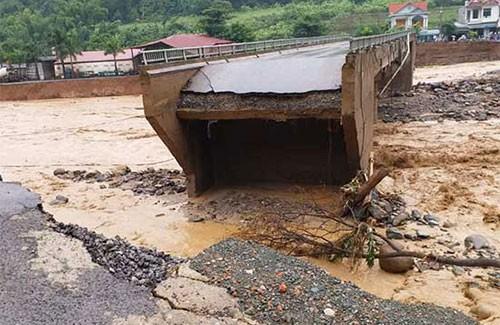 Cầu Nặm Păm trên Quốc lộ 279D bị sập toàn bộ 2 mố cầu, cắt đứt giao thông nối Trung tâm huyện Mường La với các xã dọc sông. Nguồn: Báo Sơn La