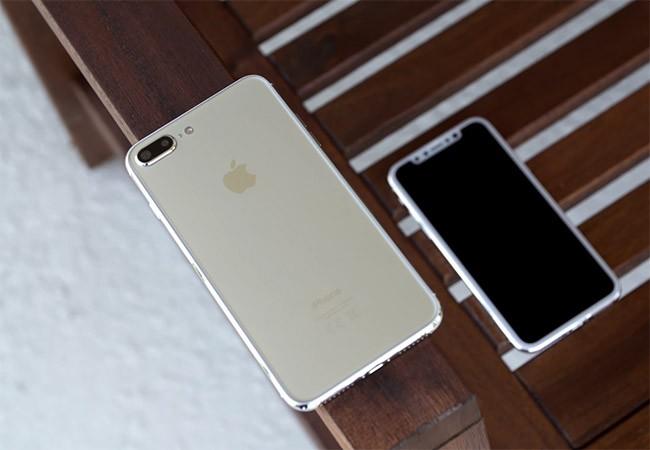Mô hình iPhone 8 và iPhone 7s (ảnh trích từ clip)