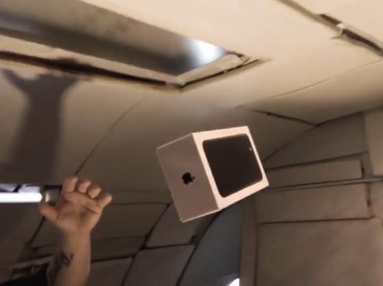 Đập hộp iPhone 7 của Apple tại môi trường không trọng lực.