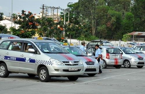 Quy định thu hồi phù hiệu taxi nếu lái xe quá 4 giờ liên tục khiến nhiều tài xế bức xúc- (Ảnh minh họa).