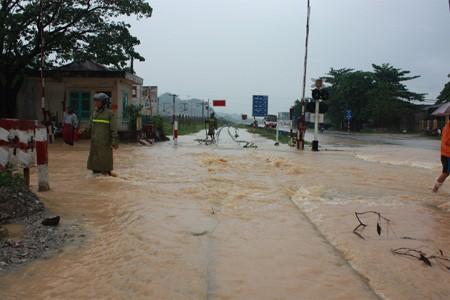 Nước lũ gây hư hỏng nhiều đoạn đường sắt.