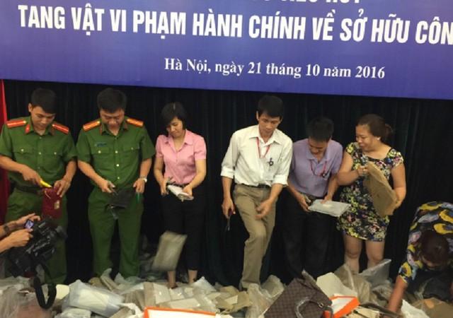 Hình ảnh buổi tiêu hủy hàng hóa vi phạm hành chính về sở hữu công nghiệp- (Ảnh: Bộ KH&CN).