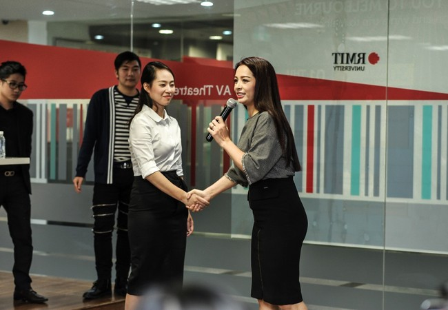 Siêu mẫu Thúy Hằng hướng dẫn sinh viên RMIT Việt Nam về kỹ năng giao tiếp khi giới thiệu bản thân, bắt tay và trao danh thiếp một cách chuyên nghiệp.