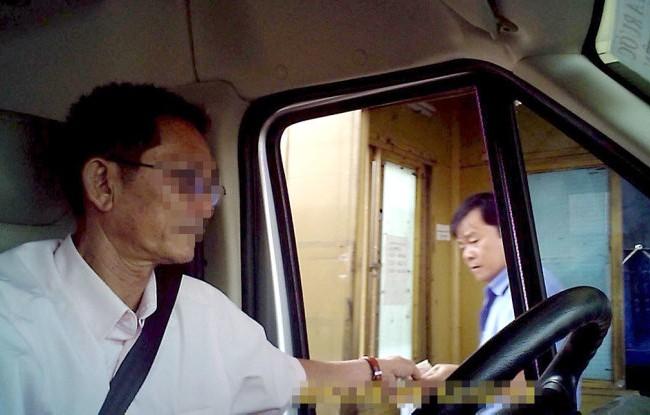 Nhân viên soát vé tại trạm 2 đường Nguyễn Văn Linh (chiều Q.7 đi Bình Chánh) nhận tiền của tài xế nhưng không xé vé - Ảnh cắt từ clip H.L. - Đ.P.