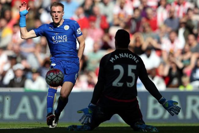 Cú đúp bàn thắng của tiền đạo Jamie Vardy đã giúp cho Leicester nhẹ nhàng đánh bại Sunderland với tỷ số 2-0 ở vòng 33 Ngoại hạng Anh.