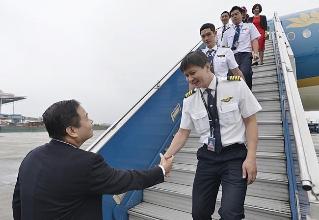 Đại diện VNA chào đón tổ bay và máy bay A350 thứ 5 của Hãng.