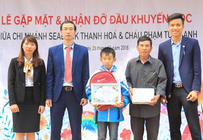 Đại diện Quỹ khuyến học Ươm mầm ước mơ của SeABank trao quà cho học sinh nghèo hiếu học ở Thanh Hóa.