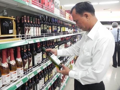 Video: Công thức kinh hoàng biến nước lã, cồn khô thành rượu ngoại giả