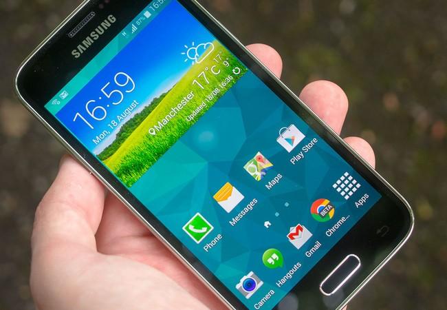"""Video: Galaxy S5 Mini """"đắm"""" Coca-Cola, kết cục ra sao?"""