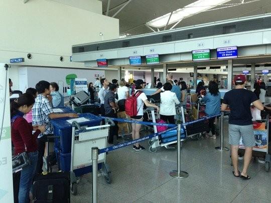 Hành khách làm thủ tục tại sân bay Tân Sơn Nhất