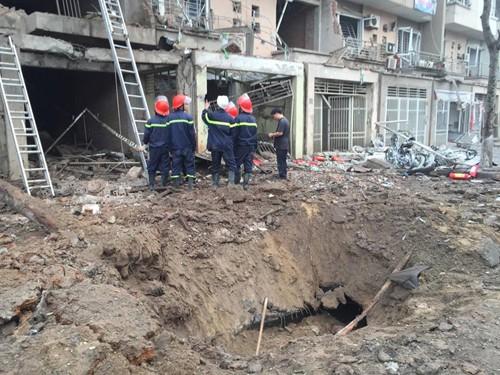 Một hố sâu xuất hiện sau vụ nổ.
