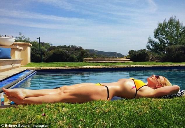 Video: Britney Spears mặc bikini vàng nhảy múa gợi cảm