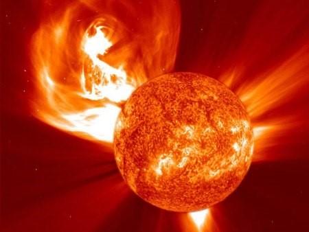 Một vụ nổ Mặt trời siêu mạnh có thể đe dọa đến nhân loại. Ảnh minh họa: Daily Mail