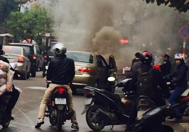 Xe ô tô bốc cháy trên trên đường Nguyễn Hữu Thọ (bán đảo Linh Đàm) - Ảnh: Đ.T