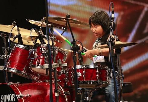 Ngạc nhiên xem nhạc sĩ Huy Tuấn vái lạy cậu bé 9 tuổi