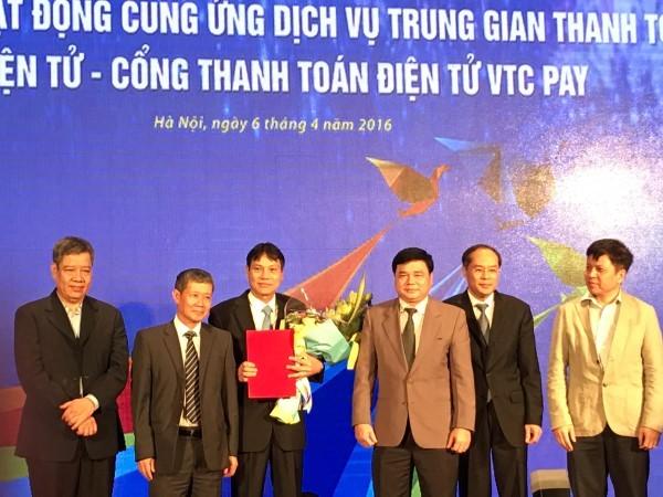 Thứ trưởng Nguyễn Thành Hưng (thứ 2 từ trái sang) và đại diện NHNN chứng kiến lễ trao giấy giấy phép cung cấp dịch vụ trung gian thanh toán cho Tổng công ty VTC